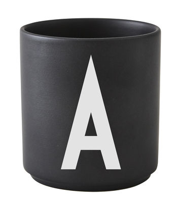 Taza Arne Jacobsen Letra A Negra Letras de diseño Arne Jacobsen