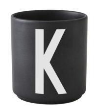 Caneca Arne Jacobsen letra K preto Design letras Arne Jacobsen