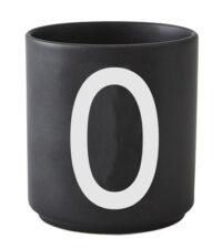 Caneca Arne Jacobsen letra O Preto Design Cartas Arne Jacobsen