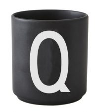 Taza Arne Jacobsen Letra Q Letra negra del diseño Arne Jacobsen