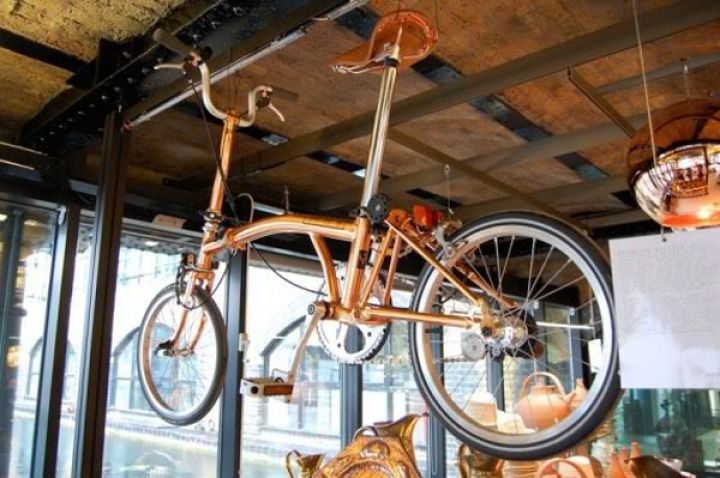 tom-Dixon-Brompton plegable-moto-cobre-1