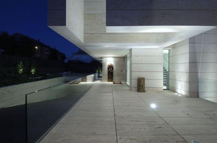 House-in-Las-Rozas-11-750x497