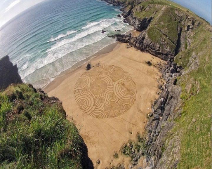 Tony Zeichnungen auf Sand 03