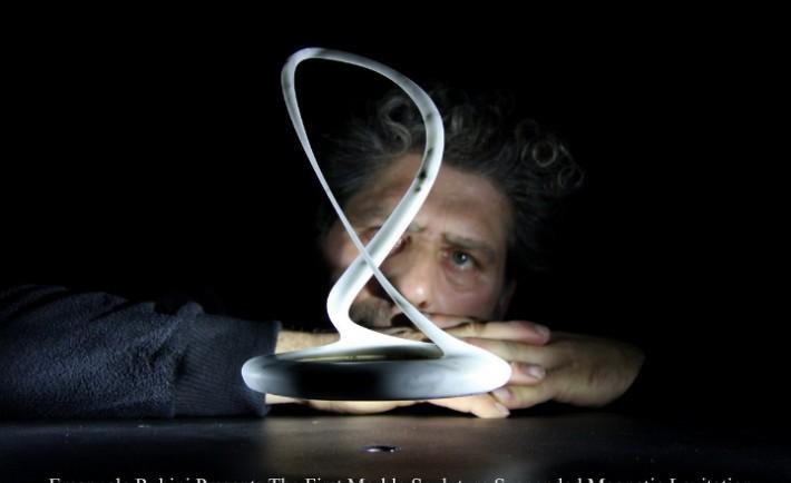 Emanuele Rubini presenta la prima scultura sospesa a levitazione magnetica in marmo Carrara cm 22x15x15 press