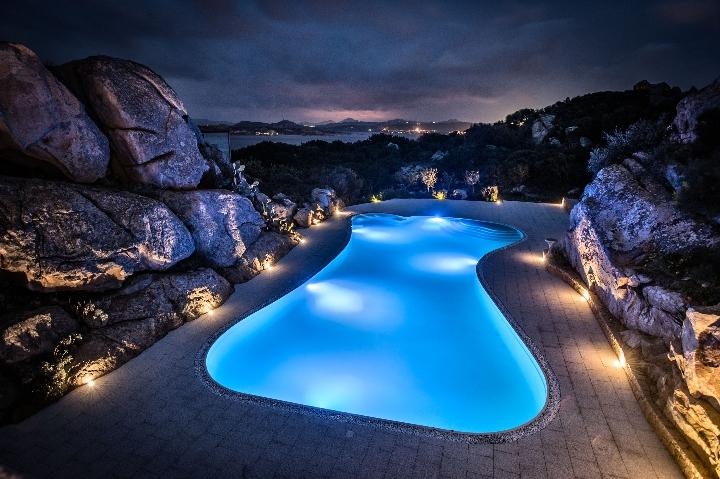 Hansgrohe per il Grand Hotel MaMa la piscina di notte