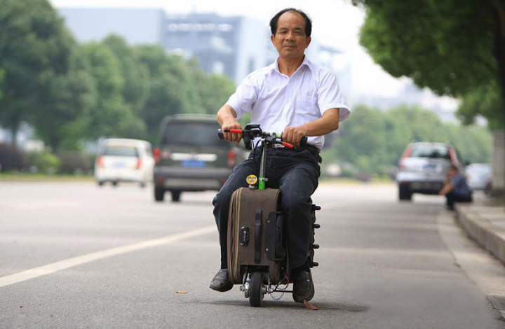 chinese-farmer-builds-a-fully-functioning-suitcase-scooter-designboom-02