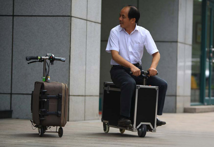 chinese-farmer-builds-a-fully-functioning-suitcase-scooter-designboom-03
