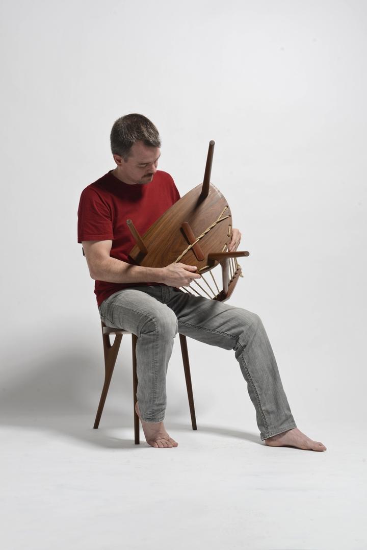 Sedia a 3 piedi Ricardo Graham Ferreira social design magazine-05