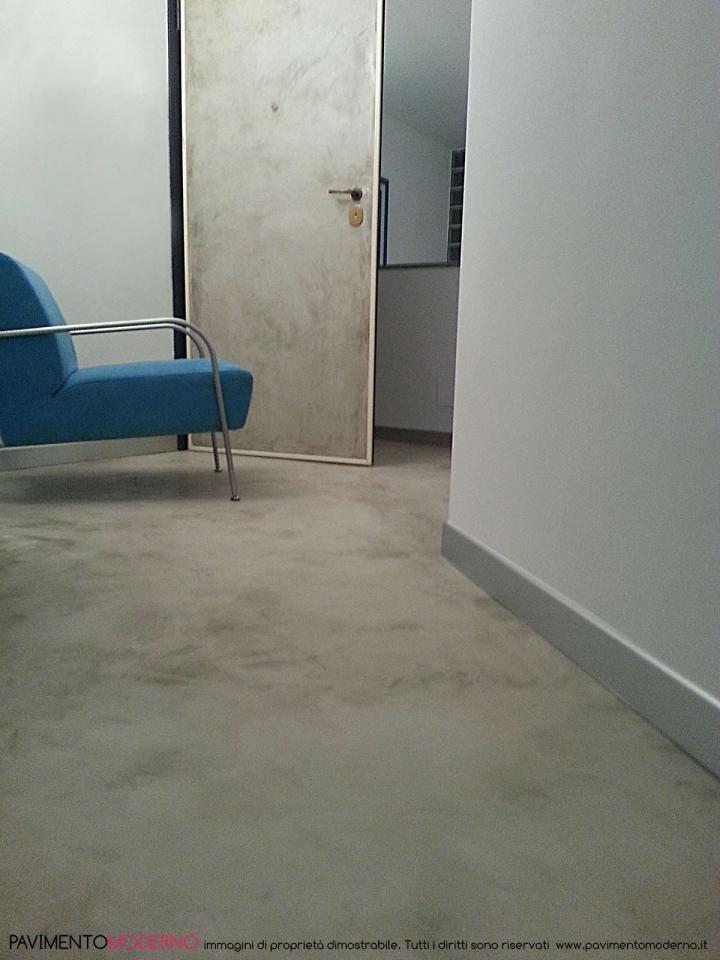 pavimenti in cemento per interni grigio satinato