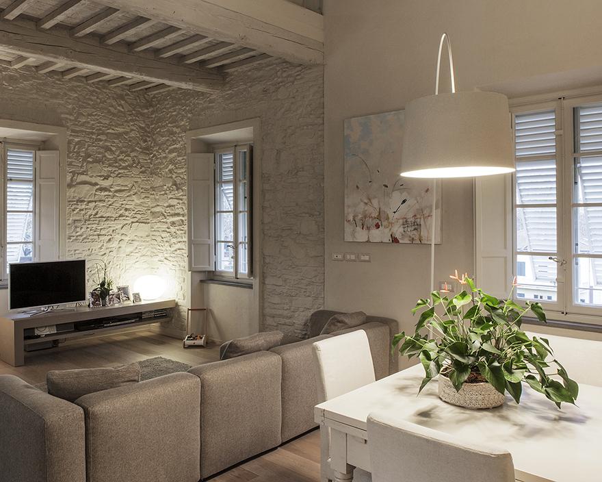Ristrutturazione di un appartamento nel centro storico di for Arredare casa con travi a vista