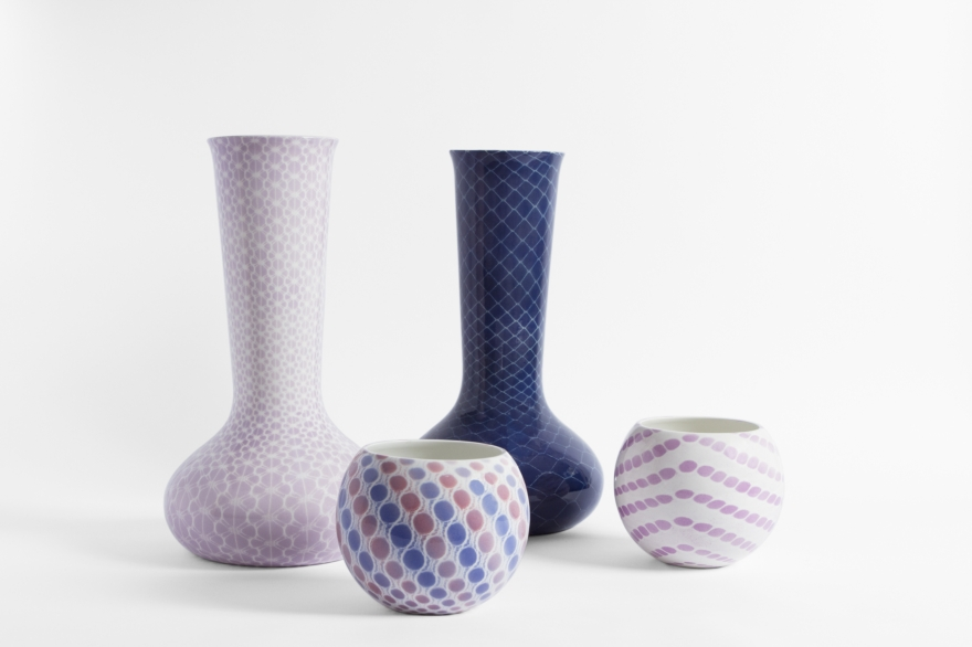 Vasi in ceramica bianca decorata, disegnati da Studio Nesta & Ludek
