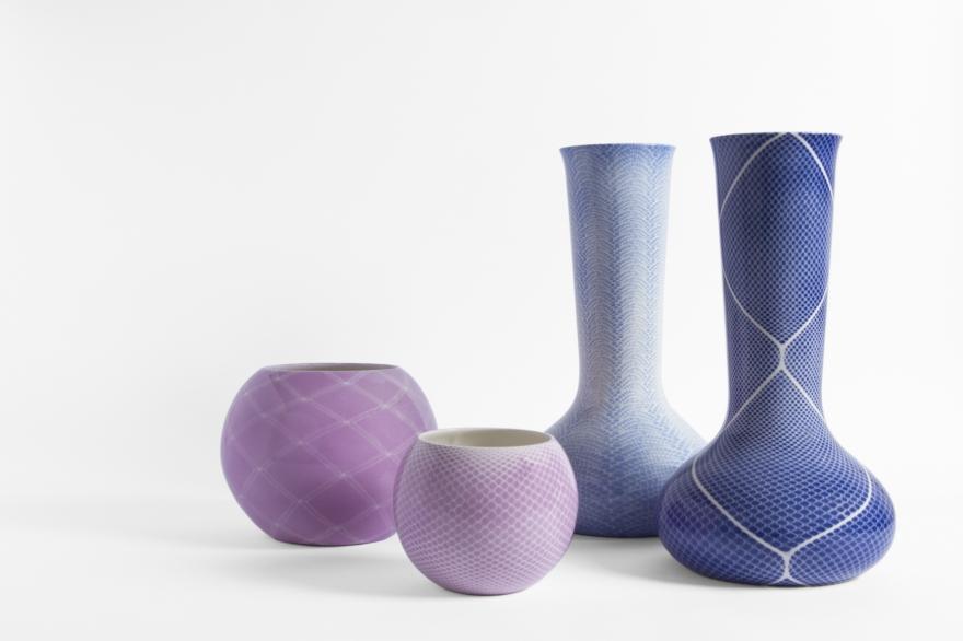 Vases en céramique blanche décorée, conçus par Studio Nesta & Ludek