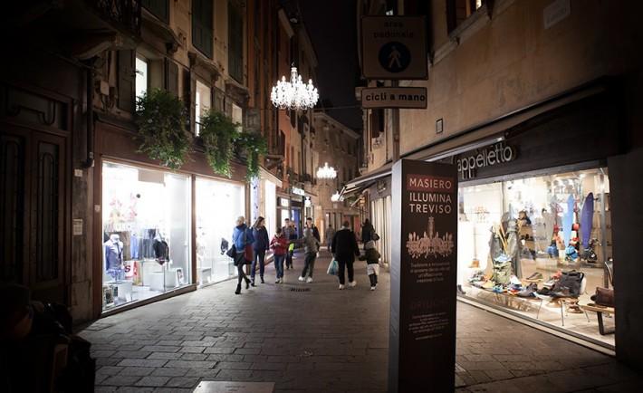 luci di Natale per Treviso, Masiero installa in centro Drylight: l'unico lampadario brevettato per esterno.