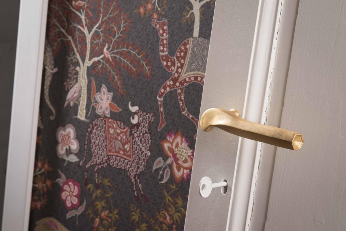 Le sculture funzionali di NJ interiors, maniglia prisma foglia oro