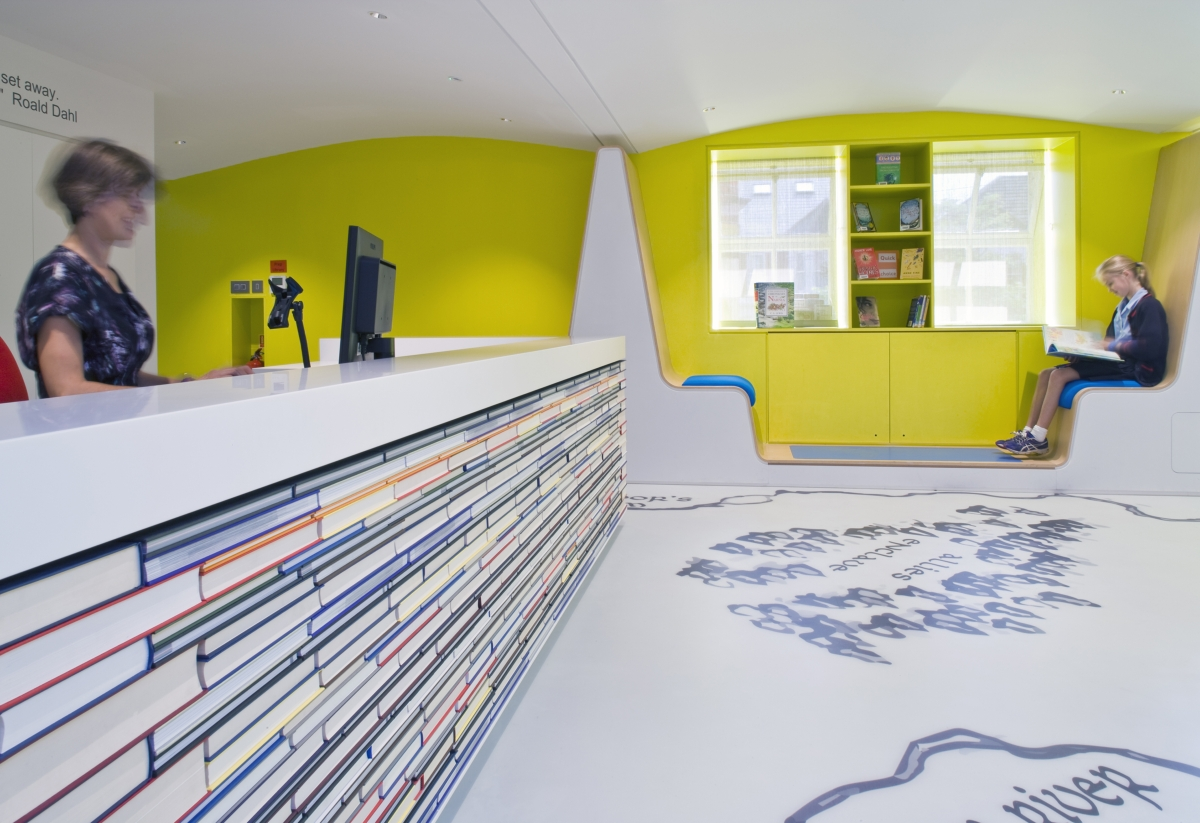 biblioteca infantil School Day Londres de Thomas por Hugh Broughton Architects e Hi-MACS