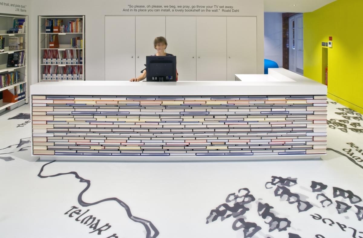 bibliothèque pour enfants London Day School de Thomas par Hugh Broughton Architectes et HI-MACS