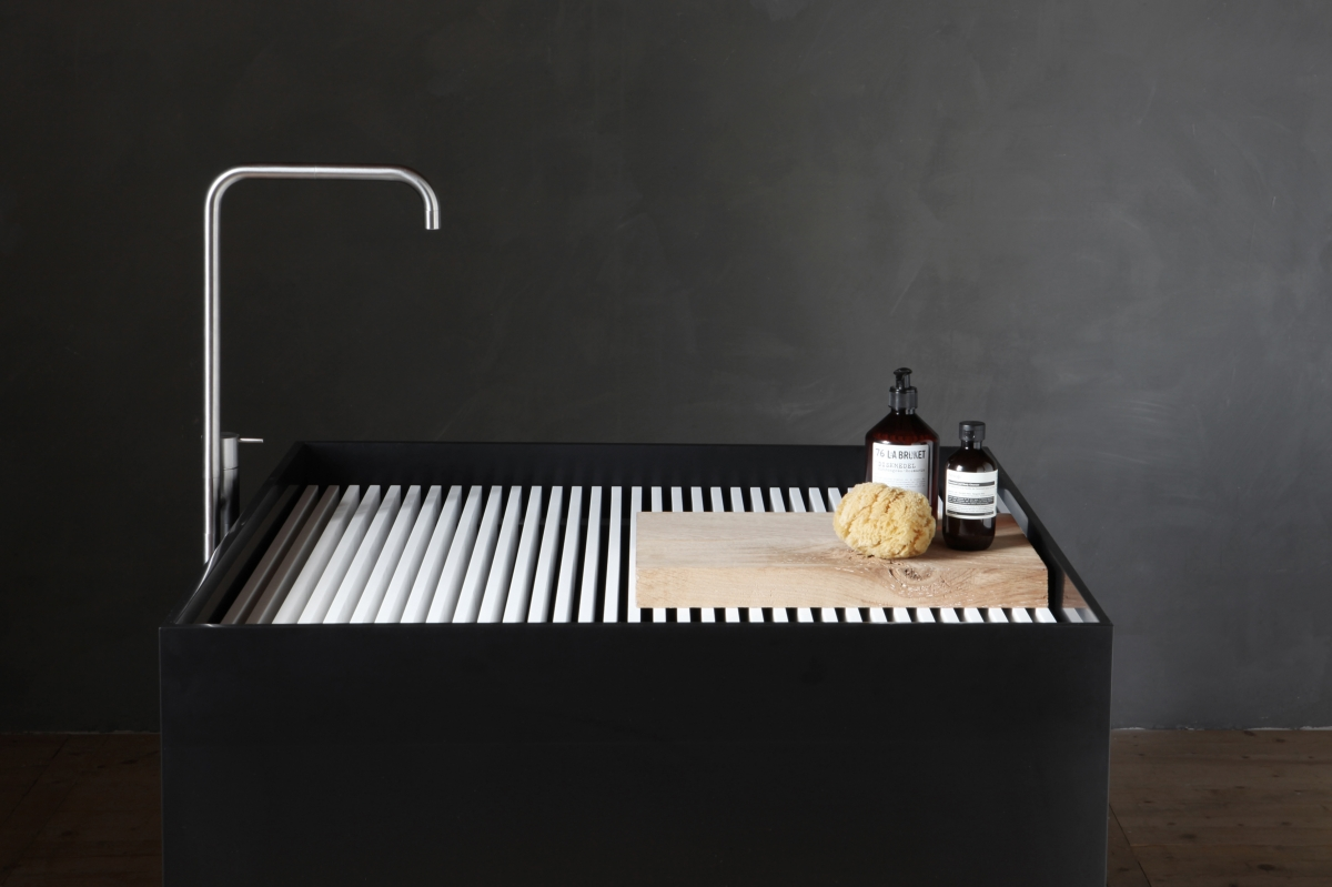 Hi-Macs luci e colori nel bagno lavabo nero di Not Only White