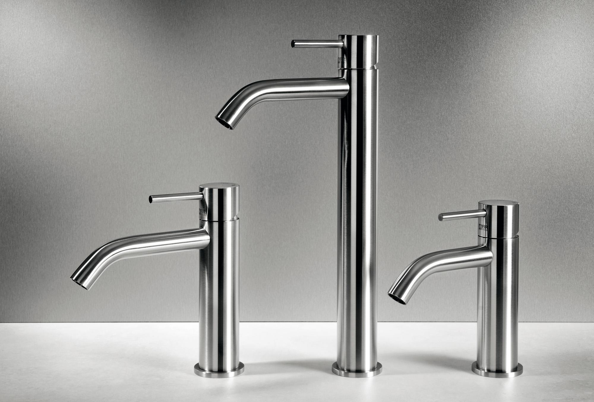 Rubinetti al piano CleoSteel 48 per lavabo, misure M, L, XL. Finitura Acciaio Inox Spazzolato