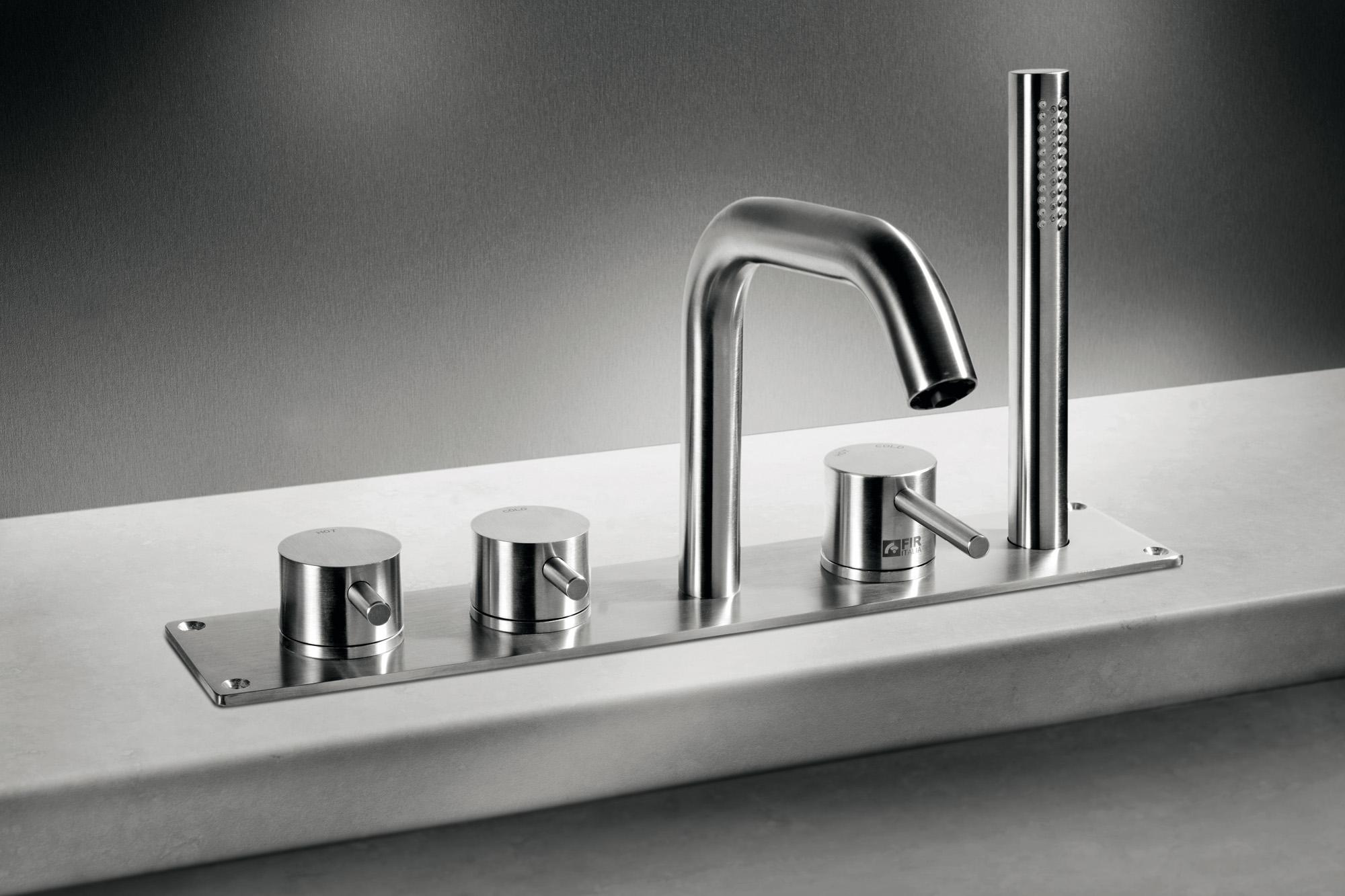 Rubinetterie e soffioni doccia in acciaio inossidabile - Bordo vasca da bagno ...