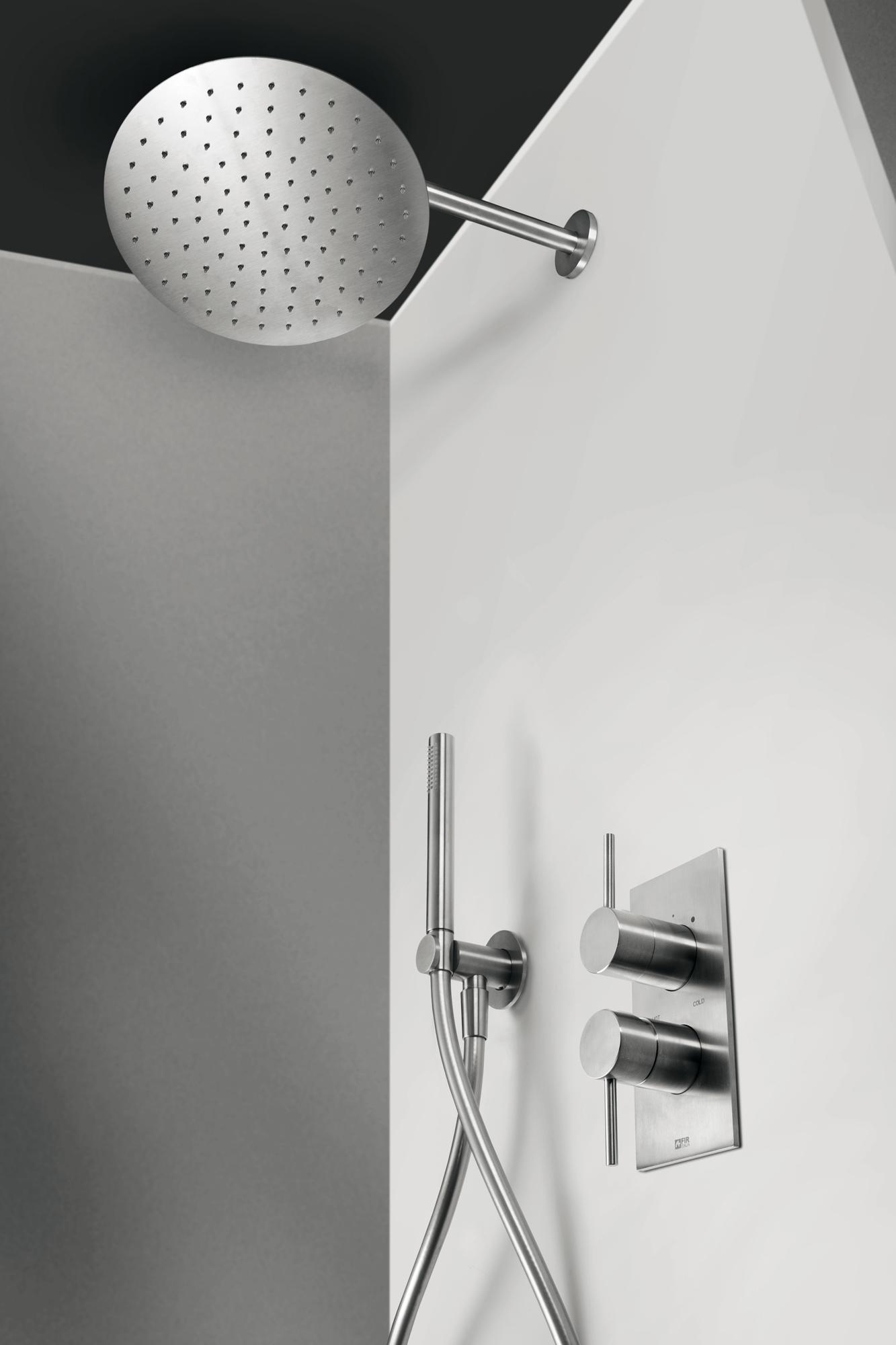 Configurazione doccia CleoSteel 48 con soffione doccia a parete, doccetta e miscelatore doccia. Finitura Acciaio Inox Spazzolato