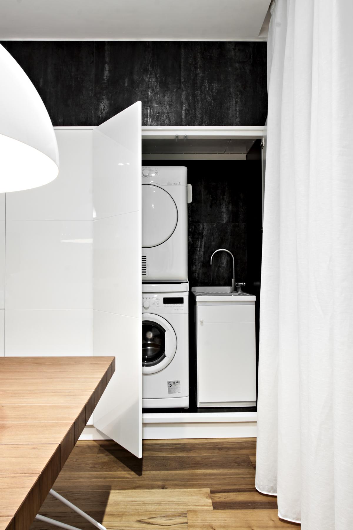 光沢のある漆塗りのMDF内のコンテナには、家電製品や調理器具などのすべての構成要素を組み込みます。