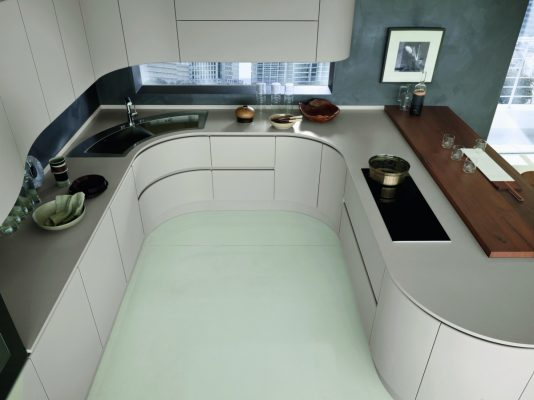 Cucina Artica di Pedini con piano in Hi-Macs