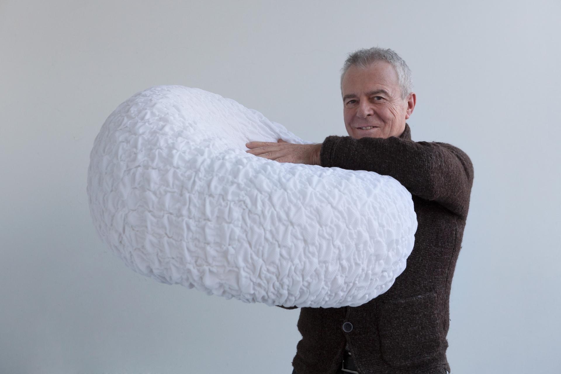 Studio Sanaa poltrona a forma di nuvola L16 con Luciano Marson Creative Director di LightsOn