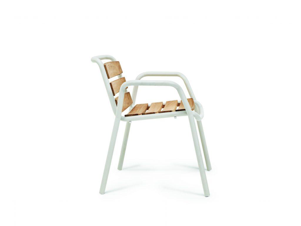 silla de la puntada con el lado de listones de teca