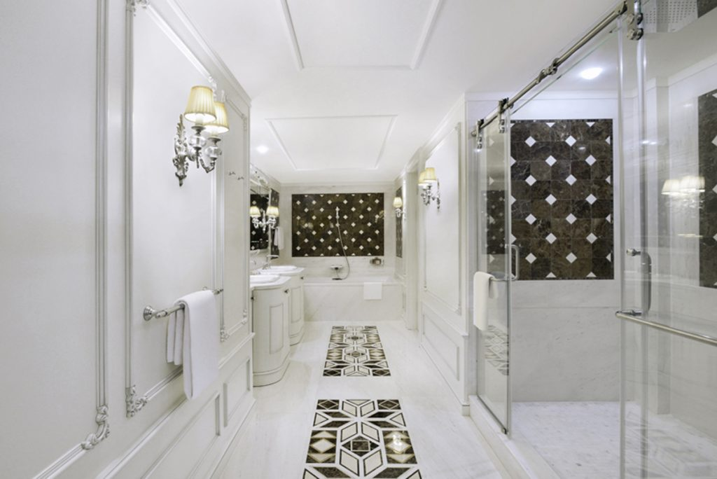 Casa de banho branco e ouro na Suite Presidencial