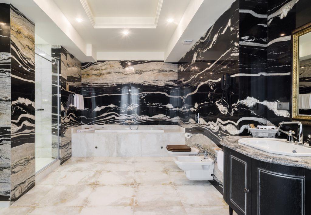 黒と白のコントラストで、大理石のバスルーム付きのスイートのひとつ