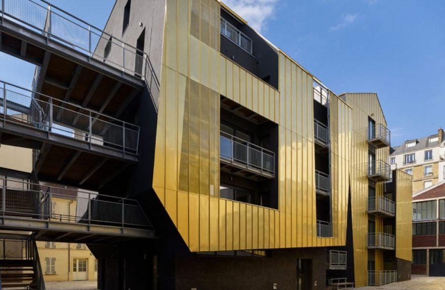 Στο Παρίσι, μια κοινόχρηστη αστική αυλή επενδεδυμένη με χρυσό