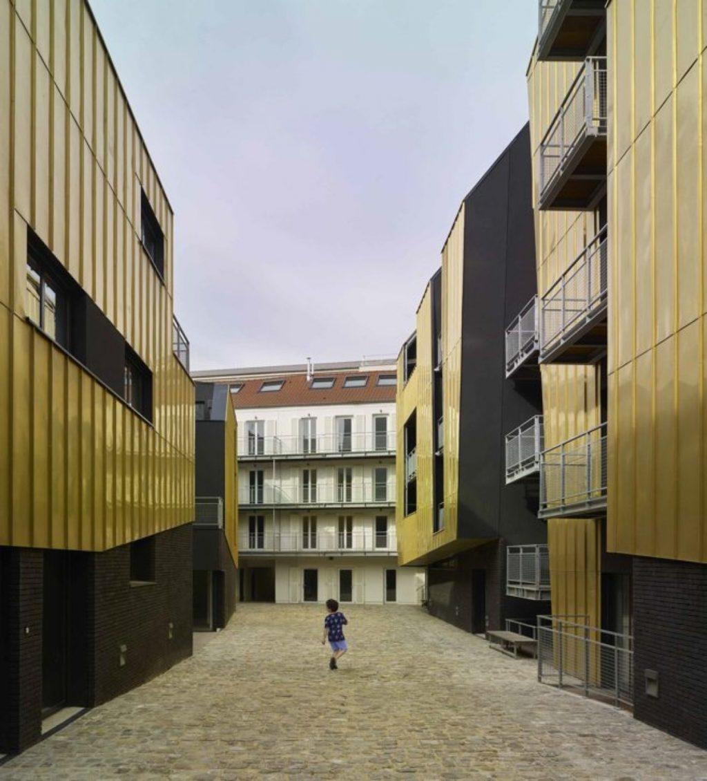 En París, un patio urbano compartido revestido de oro