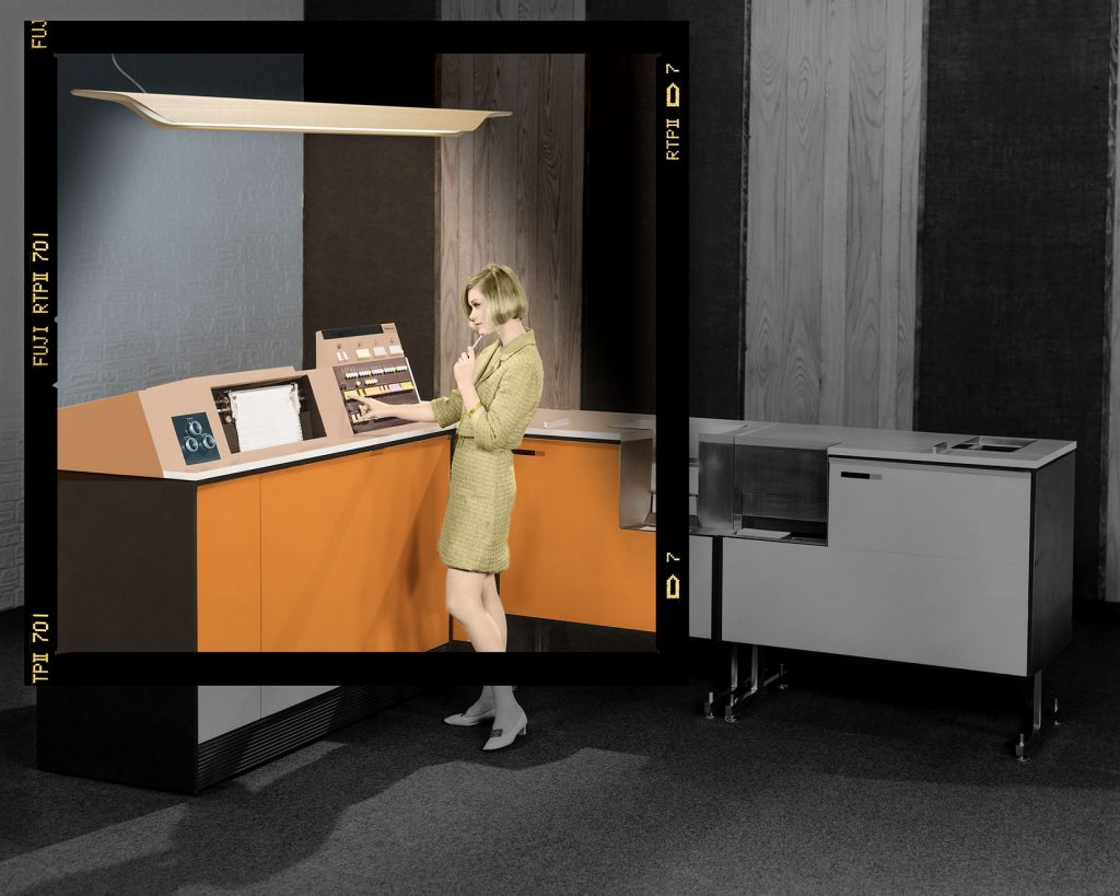 Perfil lateral de una mujer de negocios trabajando en un sistema de procesamiento de datos, 1969