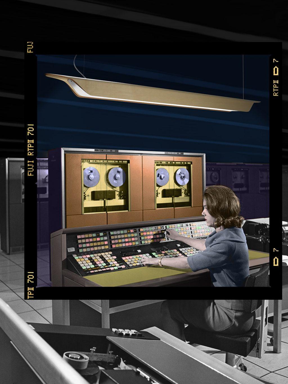 La empresaria trabajando en una computadora central en una oficina.